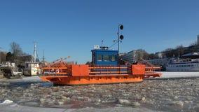 ` En la aureola del río, día de Fiori del ` del transbordador de la ciudad antigua de febrero Turku, Finlandia metrajes