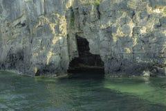 En la boca de la gruta imagenes de archivo