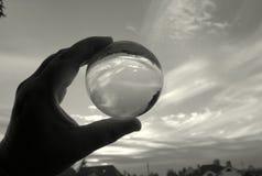 En la bola de cristal mágica que mira el cielo del otoño fotografía de archivo libre de regalías