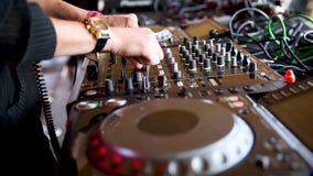 En la cabina de DJ almacen de metraje de vídeo