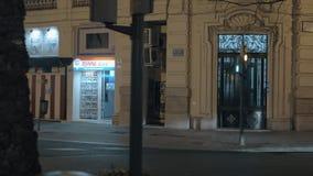 En la calle de la noche Valencia, España almacen de video