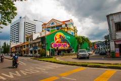 En la calle Pájaros caseros del ducane del dibujo de la pintada Camino en Kuching sarawak borneo Imagen de archivo