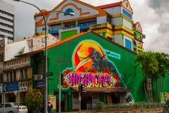 En la calle Pájaros caseros del ducane del dibujo de la pintada Camino en Kuching sarawak borneo Foto de archivo libre de regalías