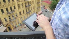 En la calle un hombre utiliza a un panel táctil almacen de metraje de vídeo