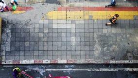 En la calle en la visión superior la gente camina en peatón del bloque cuadrado Fotografía de archivo