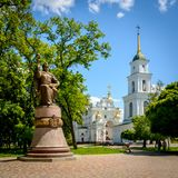 En la catedral el cuadrado en Poltava es un monumento al Hetman Ivan Maze Foto de archivo libre de regalías