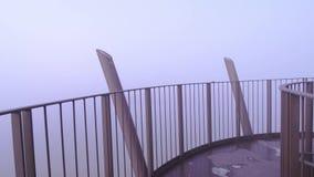En la cima de la torre en la niebla almacen de metraje de vídeo