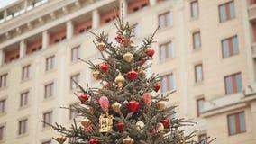 En la cima del árbol de navidad, de las luces chispeantes y de las decoraciones hermosas de la Navidad contra el contexto de un g almacen de metraje de vídeo