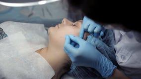 En la clínica, el cosmetologist hace al cliente un limpiamiento facial mecánico almacen de video