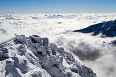 En la colina sobre las nubes Imagenes de archivo