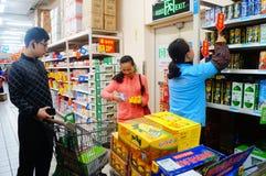 En la comida y la bebida de la compra de Wal-Mart Imagen de archivo