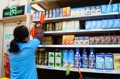 En la comida y la bebida de la compra de Wal-Mart Fotografía de archivo libre de regalías