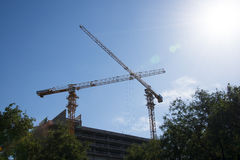 En la construcción del edificio, grúa Imagenes de archivo