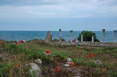 En la costa del Mar Negro de Ucrania, las ruinas de los edificios del griego clásico Crimea, Hersonissos, Sevastopol imagen de archivo