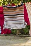 En la cuerda para tender la ropa Imagenes de archivo