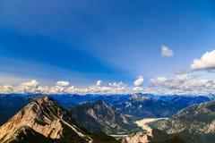 En la cumbre de un pico alpino Foto de archivo libre de regalías