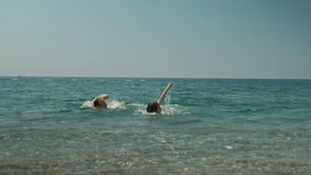 En la diversión del agua el papá y las hijas se bañan en tiempo soleado almacen de metraje de vídeo