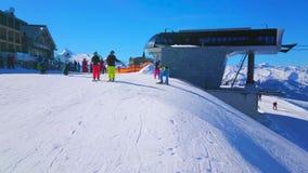 En la elevación de silla en el top de la montaña de Schmitten, Zell ve, Austria metrajes