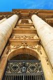 En la entrada a la catedral de San Pietro fotografía de archivo