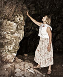 En la entrada a la cueva de la montaña Fotos de archivo libres de regalías