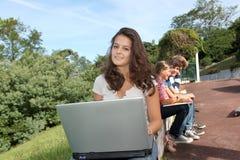 En la escuela con el ordenador Imagenes de archivo