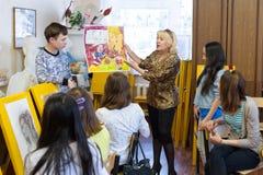 En la escuela del dibujo para los niños Fotos de archivo