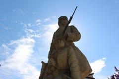 En la esquina es el monumento del guerrero desconocido en Petrich, cuadrado de Macedonia en Bulgaria Fotografía de archivo