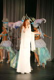 En la etapa del concierto en un vestido blanco, el vocalista de la menta de la banda, vocalista extravagante Anna Malysheva Rojo Foto de archivo libre de regalías