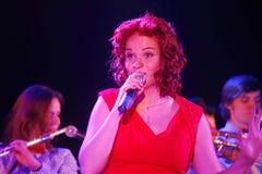 En la etapa, la menta verde y el cantante Anna Malysheva del grupo de la estallido-roca de los músicos Canto dirigido rojo de Jaz Foto de archivo libre de regalías