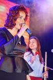 En la etapa, la menta verde y el cantante Anna Malysheva del grupo de la estallido-roca de los músicos Canto dirigido rojo de Jaz Foto de archivo
