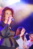 En la etapa, la menta verde y el cantante Anna Malysheva del grupo de la estallido-roca de los músicos Canto dirigido rojo de Jaz Imagen de archivo libre de regalías
