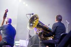 En la etapa, la tuba y los bajistas dobles imágenes de archivo libres de regalías