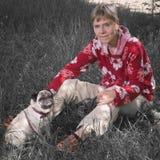En la hierba con el barro amasado dog_greenless Imagen de archivo