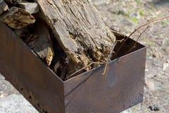 En la hierba en el césped es una parrilla, dentro allí es de madera imagenes de archivo