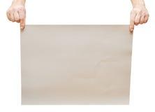 En la hoja del gris de las manos del hombre Imagen de archivo libre de regalías