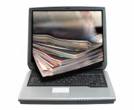 En la línea revisión-recortes de la prensa   Fotos de archivo libres de regalías