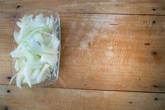 En la madera cebollas tajadas foto de archivo libre de regalías