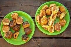 En la mesa de picnic, ponga dos platos plásticos verdes con diferente imágenes de archivo libres de regalías