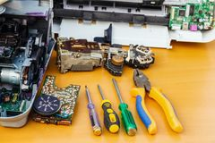 En la mesa es el equipo y las herramientas desmontados para la reparación foto de archivo