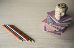 En la mesa etiquetas engomadas coloreadas dobladas para las notas Imágenes de archivo libres de regalías