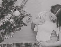 En la muchacha embarazada del Año Nuevo cerca del árbol de navidad Imagenes de archivo
