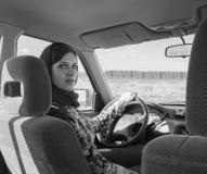 En la muchacha hermosa del coche en un pañuelo, blanco y negro Fotografía de archivo libre de regalías