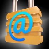 En la muestra el candado muestra el correo de Internet seguro Imagen de archivo