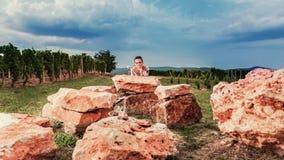 En la naturaleza, el vino es un modelo del ` s de la mujer Fotografía de archivo