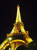 En la noche de la torre Eiffel en París Imagen de archivo