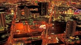 En la noche del tráfico de ciudad almacen de metraje de vídeo