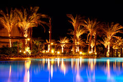 En la noche en una piscina Fotos de archivo libres de regalías