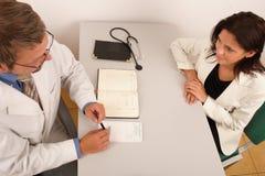 En la oficina del doctor - doctor y paciente Imagenes de archivo