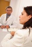 En la oficina del doctor - doctor y paciente Fotos de archivo libres de regalías
