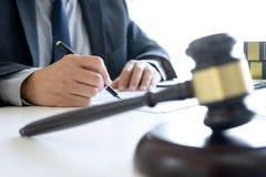 En la oficina del juez o del abogado fotografía de archivo libre de regalías